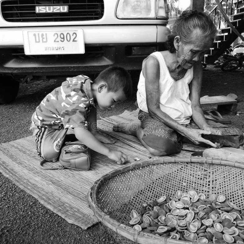 Grandmotter takecare chłopiec troszkę fotografia stock