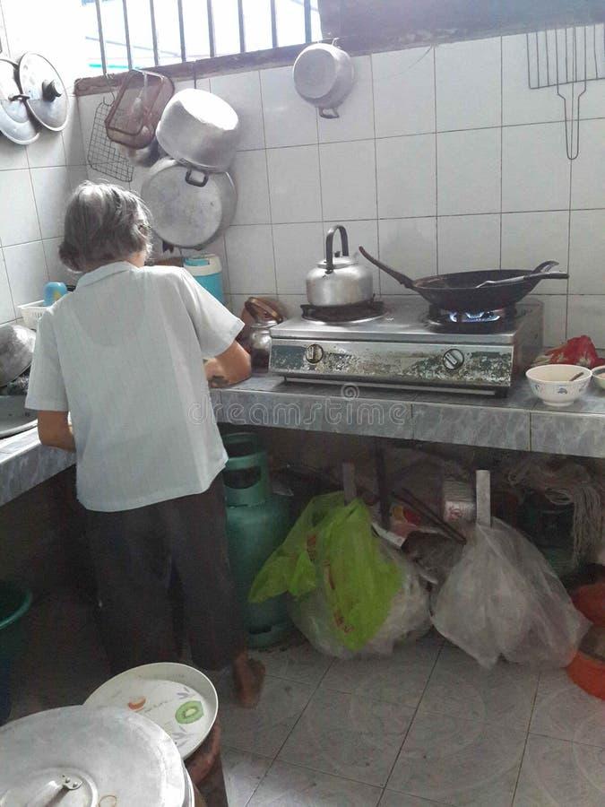 Grandmum na cozinha foto de stock royalty free