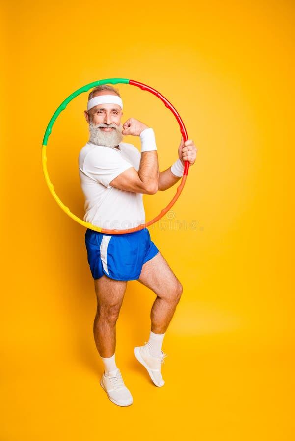 Grandp brincalhão enganando engraçado louco entusiasmado fresco alegre da ginasta fotografia de stock royalty free
