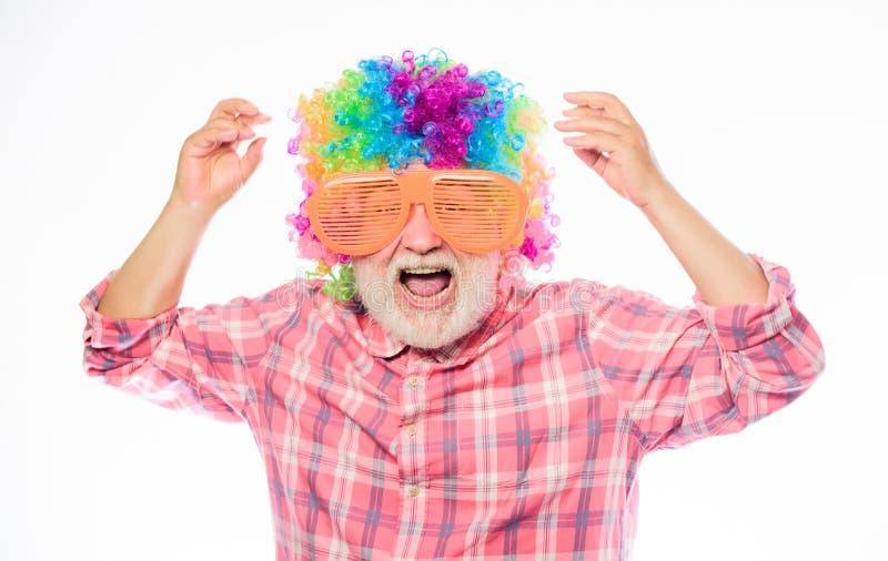 Grandpa потеха всегда Человек человека старший бородатый жизнерадостный нести красочные парик и солнечные очки Пожилой клоун t стоковые фото