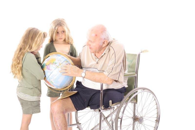 Download Grandpa Che Mostra Ai Suoi Nipoti Il Globo Immagine Stock - Immagine di marito, poltrona: 3883669