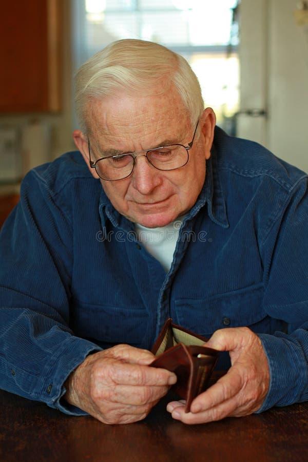 Grandpa que olha na carteira vazia imagens de stock royalty free