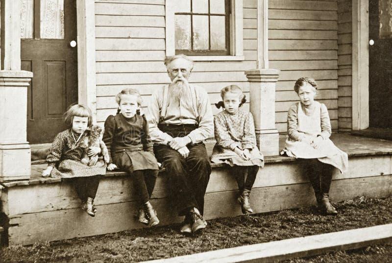 Grandpa y nietas fotos de archivo