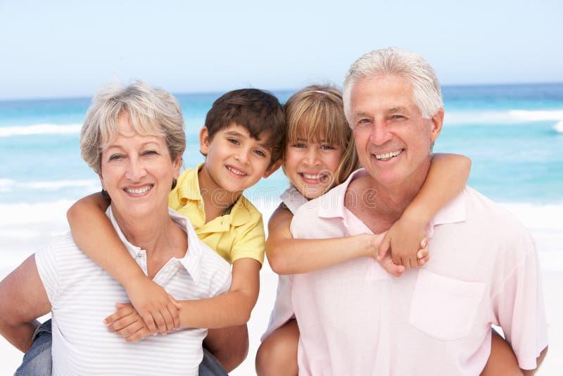 grandparents внучат пляжа стоковая фотография