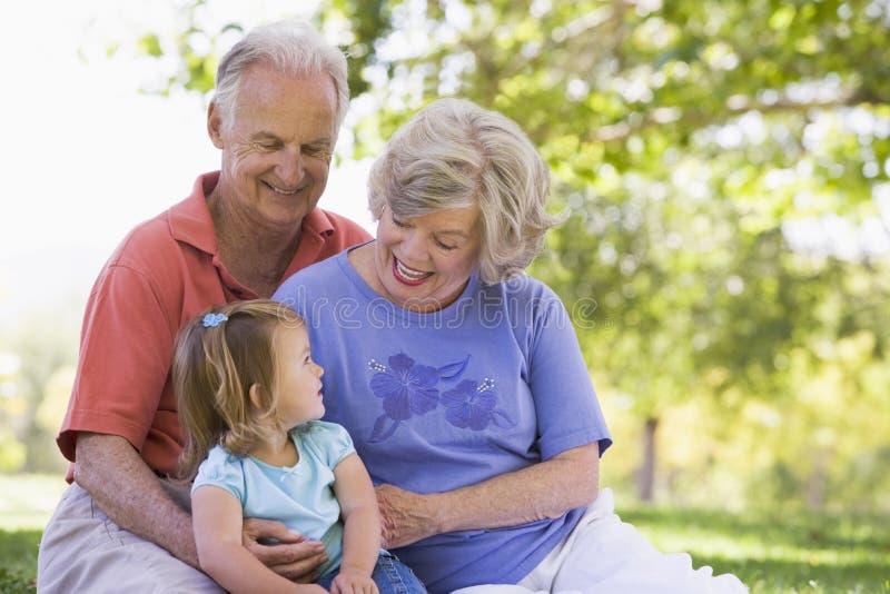 Grandparents com a neta no parque imagem de stock royalty free