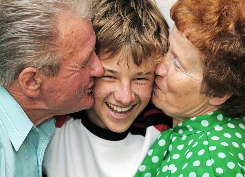 Grandparents com neto foto de stock