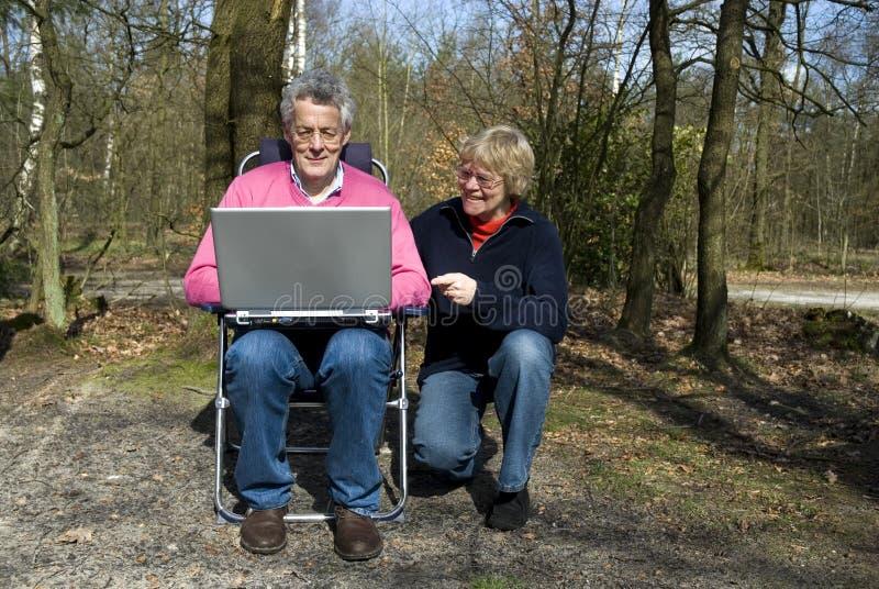 Grandparents com um portátil foto de stock royalty free
