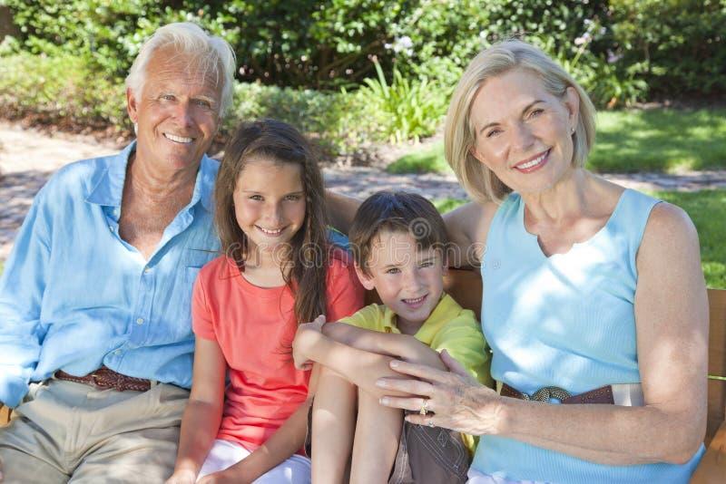 Grandparents e família felizes das crianças fora fotos de stock