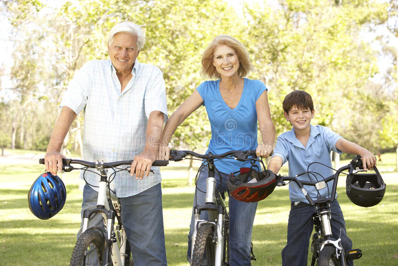 Grandparents e neto no passeio do ciclo imagem de stock