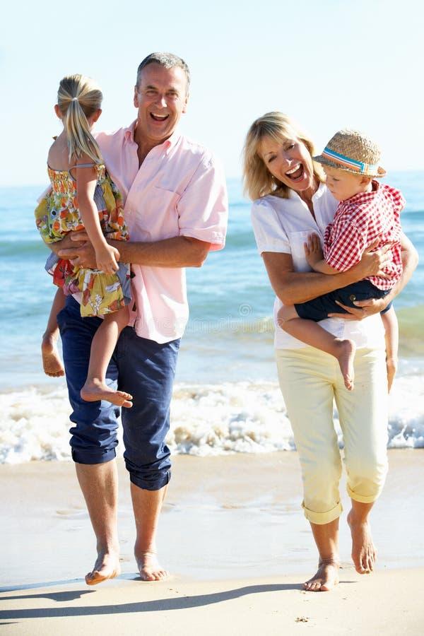 Grandparents e netos na praia fotos de stock royalty free