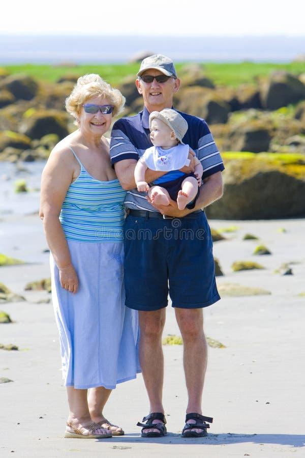 Grandparents na praia fotos de stock