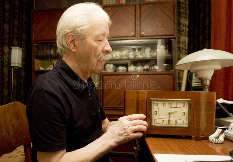 Grandrather in zijn ruimte royalty-vrije stock fotografie