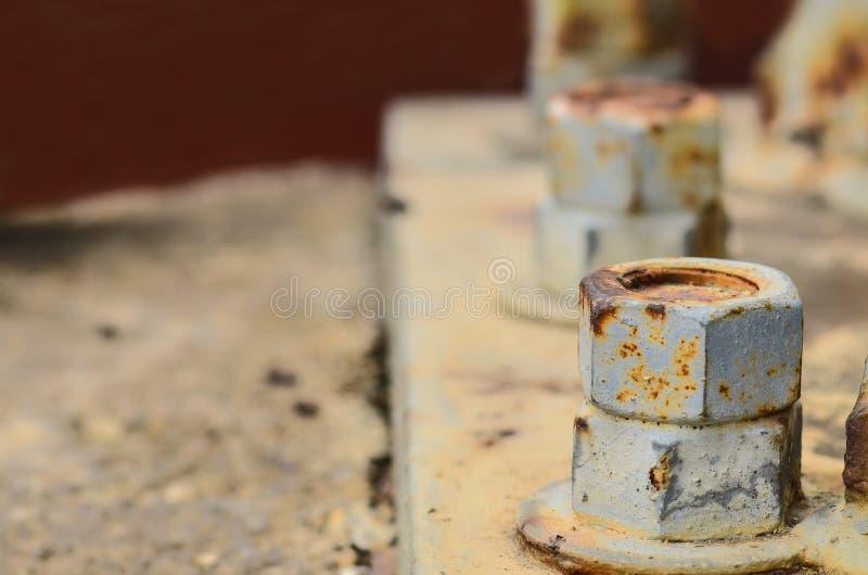 Grands écrous rouillés en métal verrouillés photographie stock