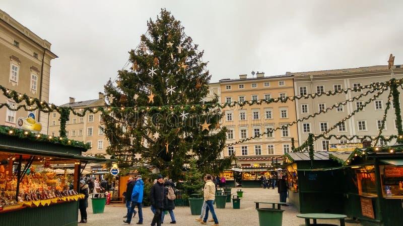 Grands arbre de Noël et christkindlmarkt dans le Residenzplatz de Salzbourg, Autriche photos stock