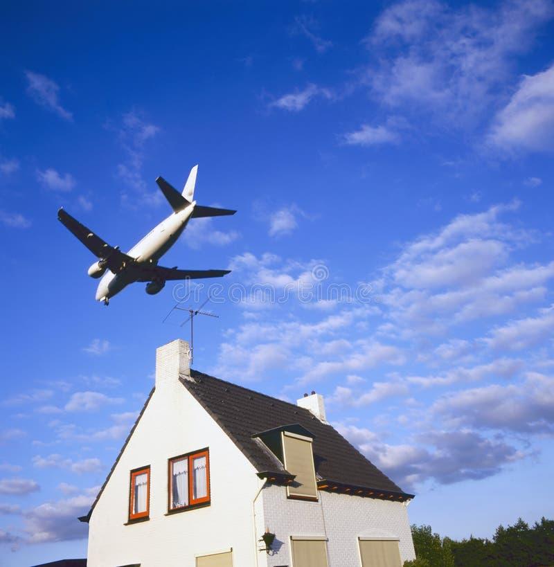 Grands avions à réaction à l'approche d'atterrissage photographie stock libre de droits