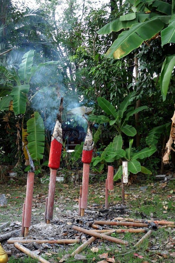 Grands bâtons de brûlure d'encens à un temple bouddhiste en Thaïlande photographie stock