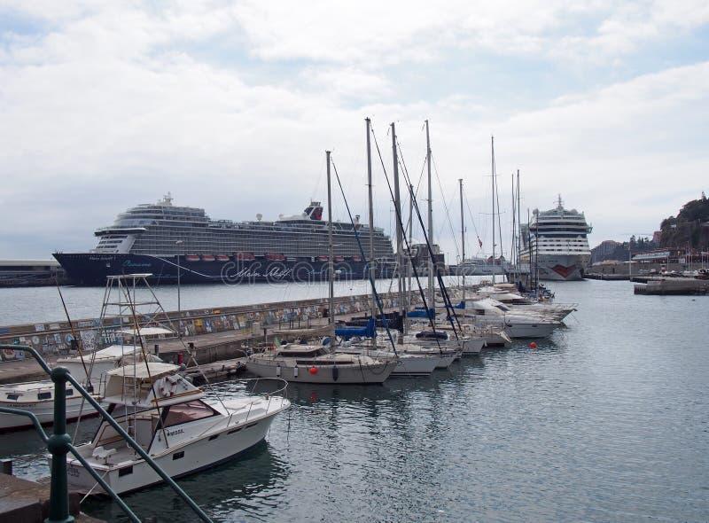 grands bateaux de cruse et bateaux de loisirs amarr?s dans la marina et le port de Funchal dans des amarrages de la Mad?re photographie stock