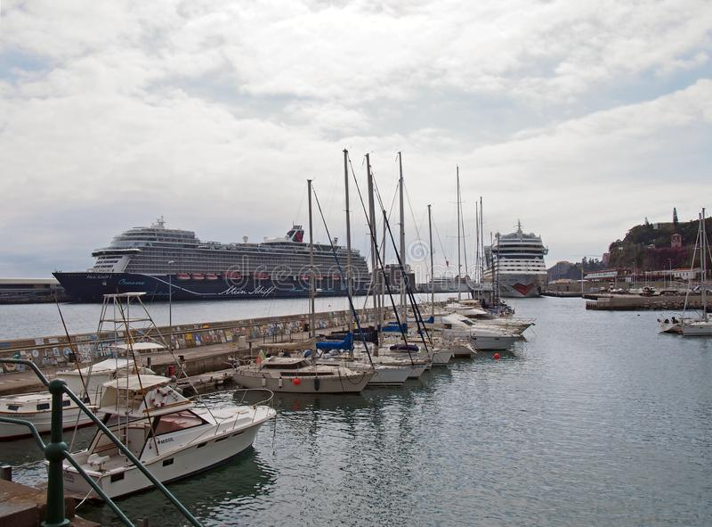 grands bateaux de cruse et bateaux de loisirs amarr?s dans la marina et le port de Funchal dans des amarrages de la Mad?re image stock