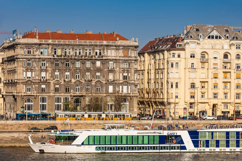 Grands bateaux touristiques chez le Danube à Budapest photo stock