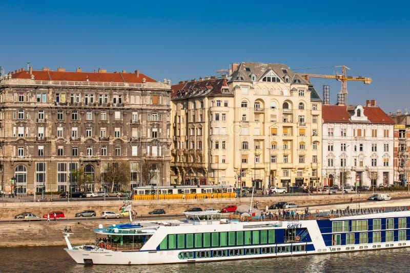 Grands bateaux touristiques chez le Danube à Budapest photos libres de droits