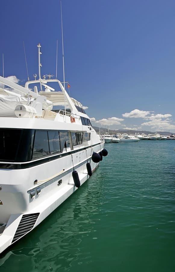 Grands, beaux, renversants et luxueux yachts blancs photographie stock