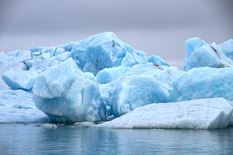 Grands blocs de glace bleue images stock