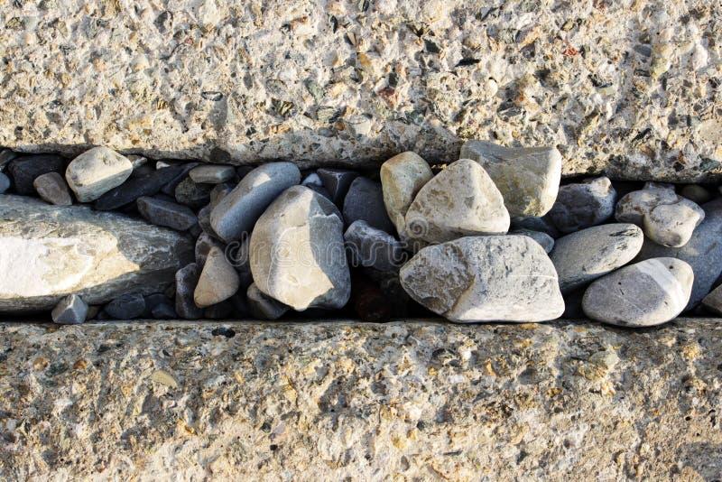 Grands blocs rectangulaires concrets pour protéger le rivage contre l'érosion Clôture des voies ferrées Entre les blocs photographie stock