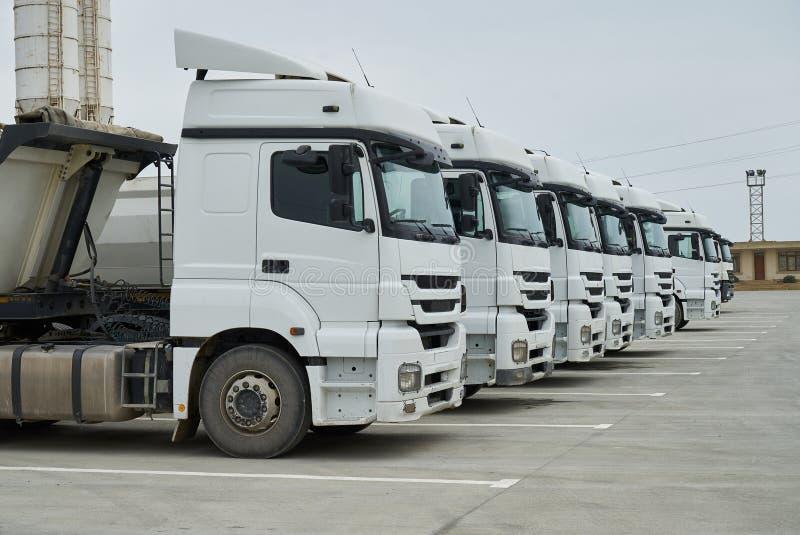 Grands camions de récipient au bâtiment d'entrepôt à l'usine photographie stock libre de droits
