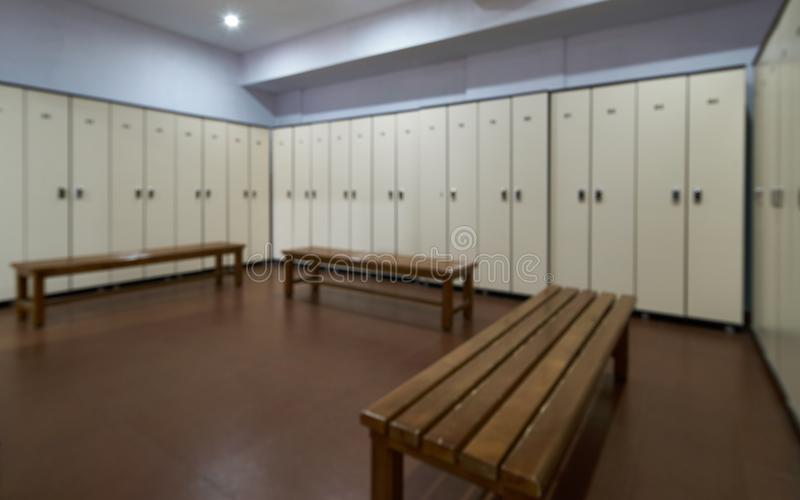 Grands casiers avec un banc en bois dans un vestiaire avec des portes fermées photos stock