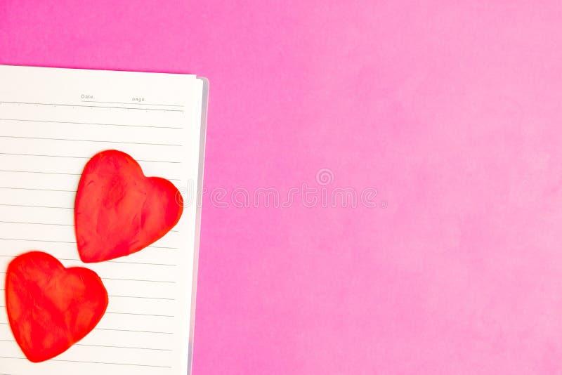 Grands 2 coeurs dans le livre vide sur le fond rose avec l'espace pour le texte, icône d'amour, le jour de valentine photographie stock libre de droits