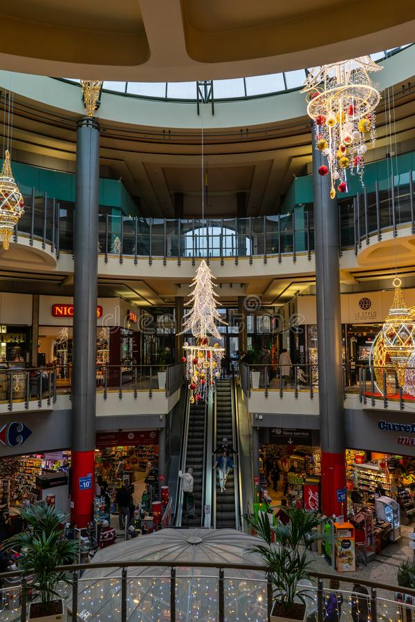 Grands commerciaux Hommes de Les de centre en Bordeaux, France photographie stock libre de droits