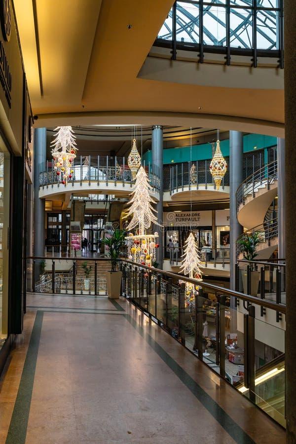 Grands commerciaux Hommes de Les de centre en Bordeaux, France image libre de droits