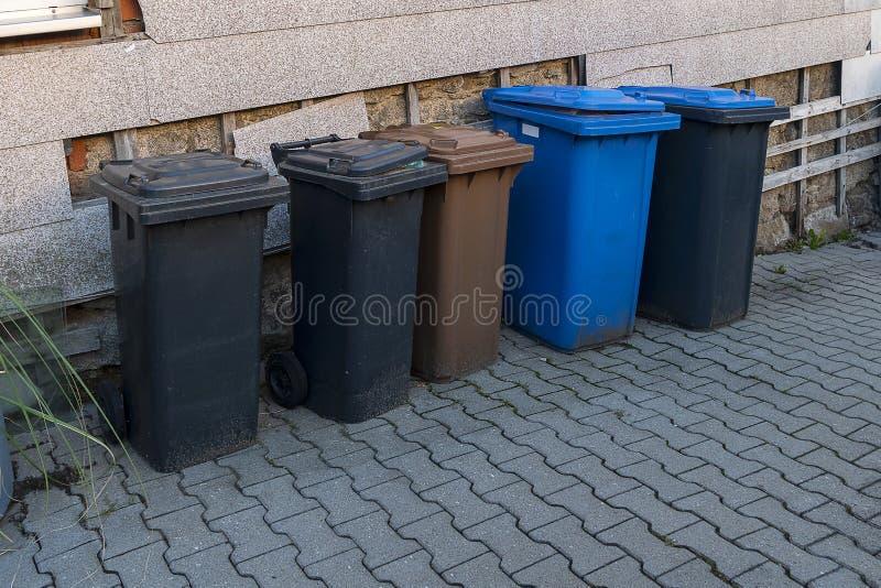 Grands conteneurs en plastique pour la séparation des ordures et des déchets ménagers Trier les ordures à la maison dans des cont photo stock