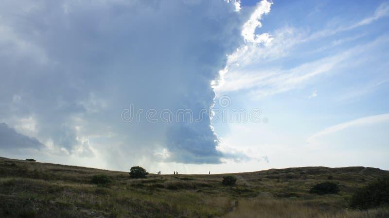 Grands cumulus sur les plaines de montagne de la République criméenne image libre de droits