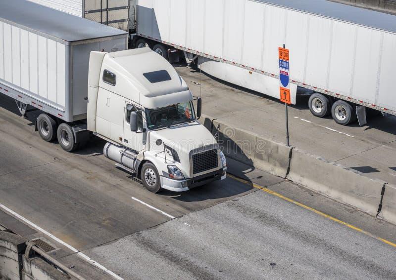 Grands d'installations camions semi avec semi des remorques allant sur la route dedans dans les deux directions photographie stock