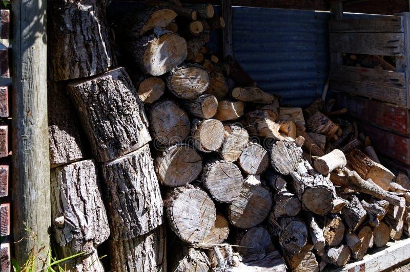 Grands et petits morceaux de bois de chauffage prêts pour le feu photo libre de droits