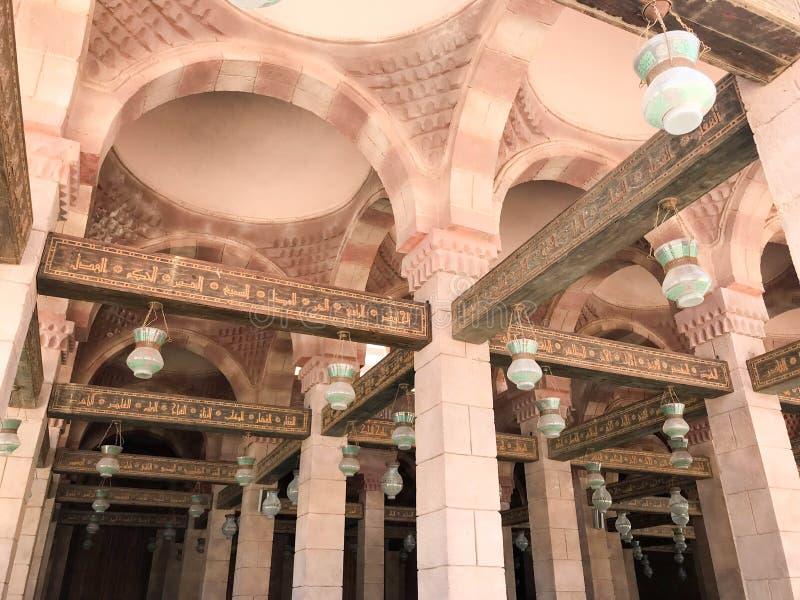 Grands faisceaux en bois, planches, plafonds sous le plafond avec des voûtes et lampes de plafond, lanternes dans la mosquée isla photographie stock