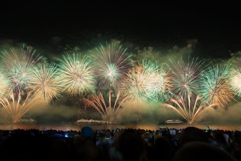 Grands feux d'artifice à la plage de Copacabana images stock