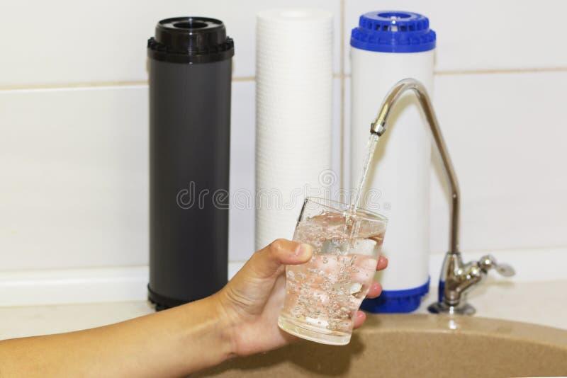 Grands filtres pour épurer votre eau potable une image d'isolement dans l'intérieur de cuisine photographie stock