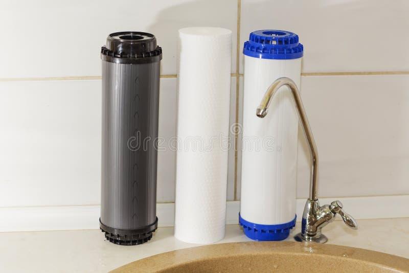 Grands filtres pour épurer votre eau potable une image d'isolement dans l'intérieur de cuisine images libres de droits