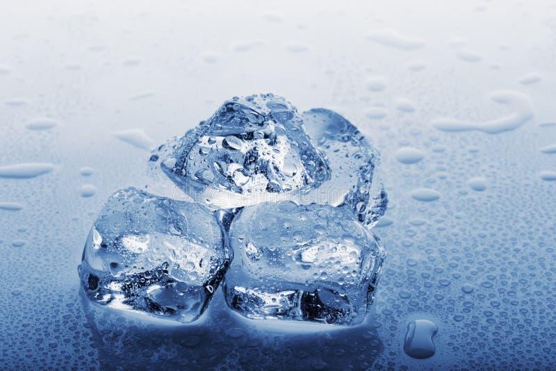 Grands glaçons congelés dans les gouttelettes de l'eau image stock