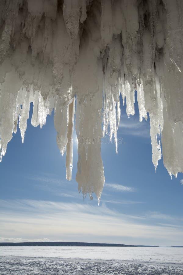 Grands glaçons dans les cavernes de glace d'îles d'apôtre sur le lac Supérieur congelé images stock