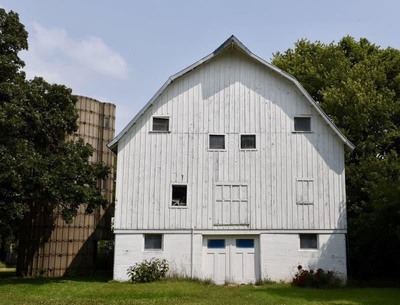 Grands grange et silo blancs image libre de droits