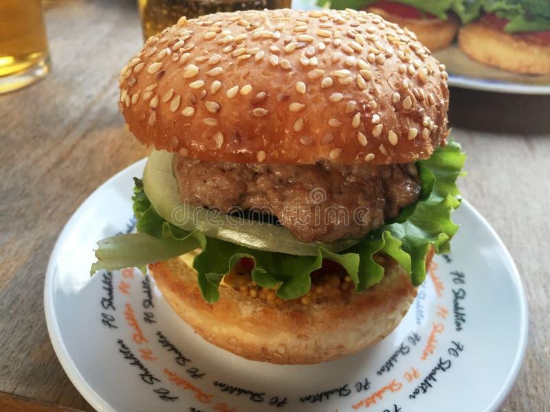 Grands hamburgers du plat photo libre de droits