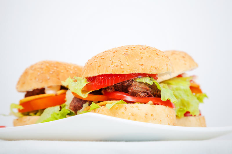 Grands hamburgers faits maison photo stock