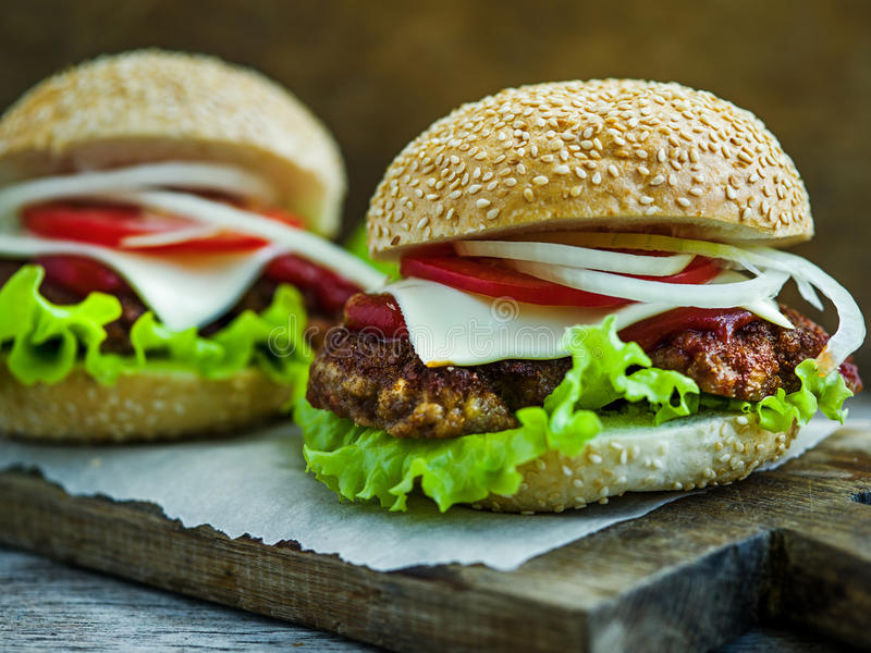 Grands hamburgers savoureux photo libre de droits
