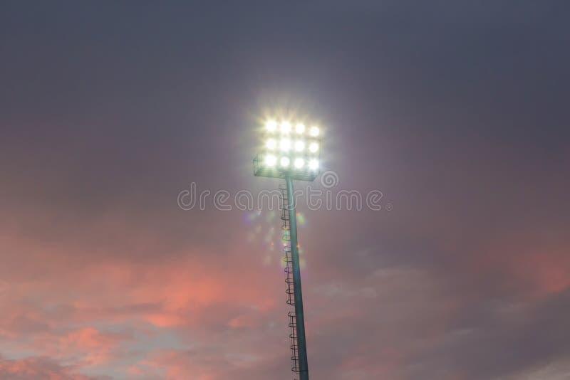 Grands hauts projecteurs extérieurs grands de stade sur la construction rigide de cadre sous la lumière du soleil naturelle image libre de droits