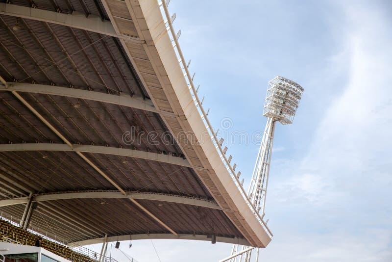 Grands hauts toit et projecteurs extérieurs grands de stade sur l'ATF rigide images stock