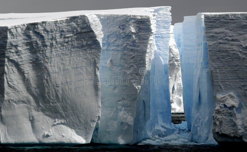 Grands icebergs avec la canalisation photographie stock