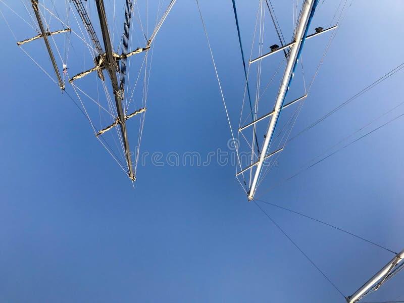 Grands mâts grands, une structure verticalement debout sur un bateau, un bateau soutenu par des accolades, types, une pièce d'équ photos stock